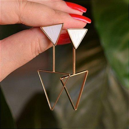 Brinco 2 em 1 triângulo invertido pedra natural madrepérola ouro semijoia
