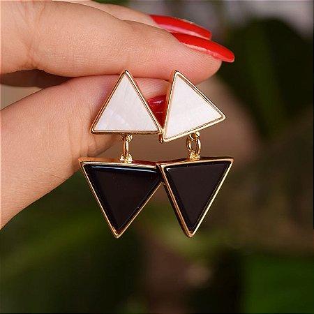 Brinco triângulos pedras naturais madrepérola e ágata preta ouro semijoia