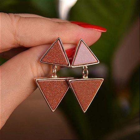 Brinco triângulos pedra natural Sol ouro semijoia