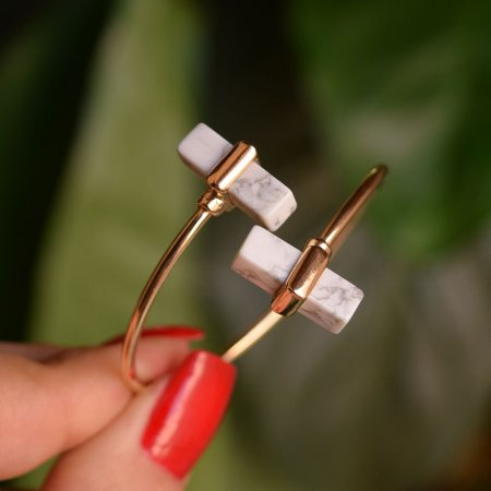 Bracelete ajustável geométrico pedra natural howlita branca ouro semijoia