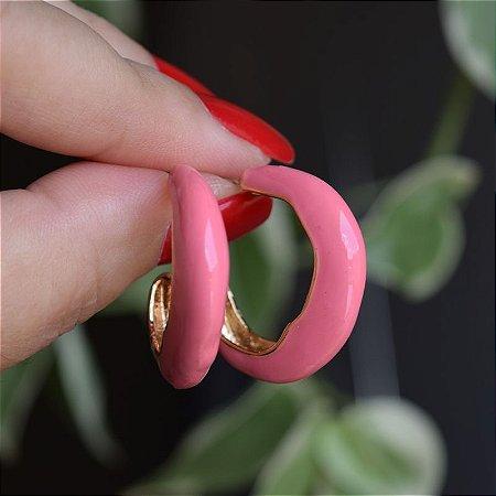 Brinco argola metal esmaltado rosa