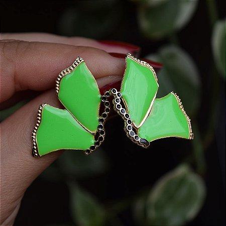 Brinco borboleta metal esmaltado verde neon