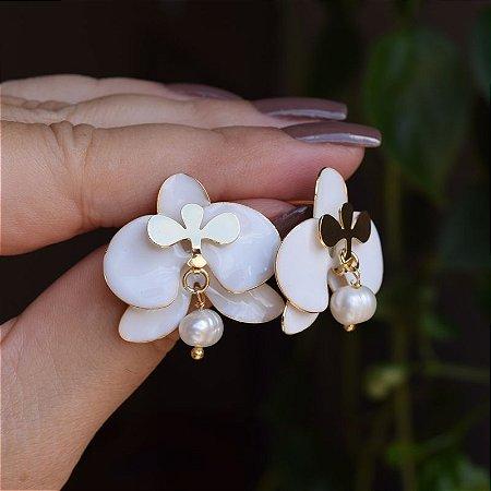 Brinco orquídea branca com pérola barroca