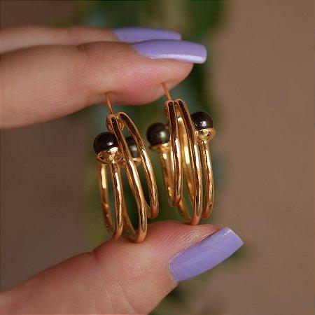 Brinco argola tripla Claudia Arbex pérolas ouro semijoia