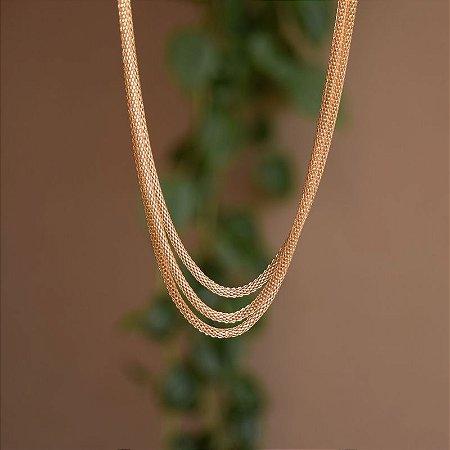 Colar curto triplo corrente malha ouro semijoia