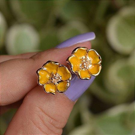 Brinco florzinha esmaltada amarelo