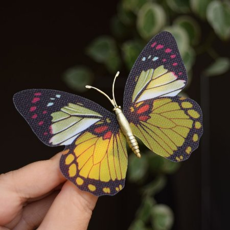 Presilha bico de pato metal borboleta amarela