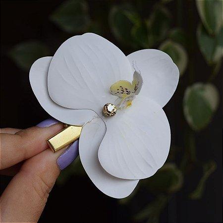 Presilha bico de pato metal orquídea branca