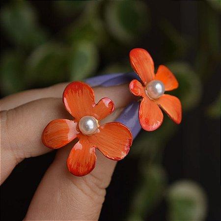 Brinco flor pintada à mão laranja com pérola