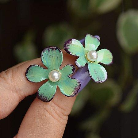 Brinco flor pintada à mão verde com pérola