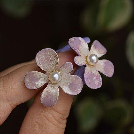 Brinco flor pintado à mão lilás com pérola