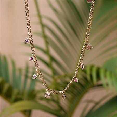Colar choker penduricalhos geométricos cristais coloridos ouro semijoia