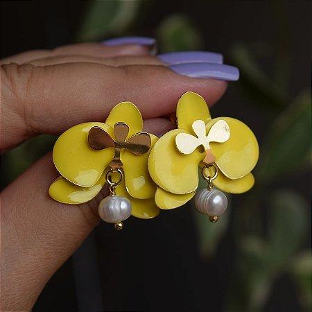 Brinco orquídea amarelo com pérola barroca