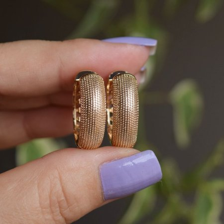 Brinco argola metal texturizado ouro semijoia 3375