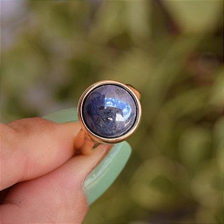 Anel redondo pedra natural sodalita perolada ouro semijoia