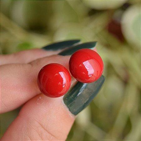 Brinco meia esfera resina vermelha semijoia 178
