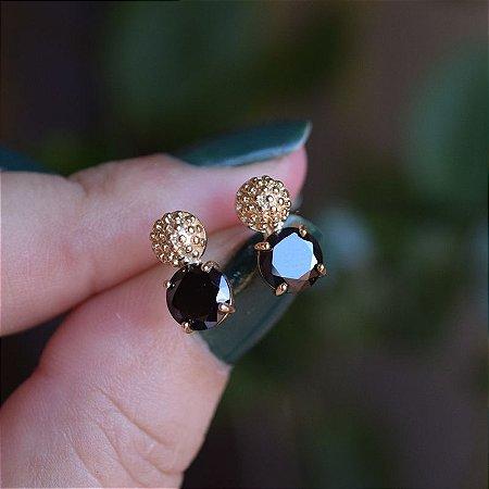 Brinco meia esfera texturizada cristal preto ouro semijoia 20A03009