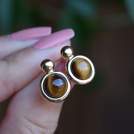 Brinco redondo pedra natural olho de tigre ouro semijoia