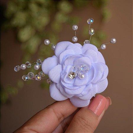 Arranjo de flor com cristais e pérolas