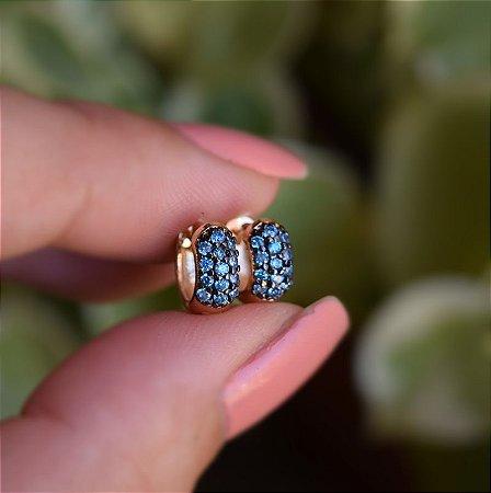 Brinco argolinha segundo furo zircônia azul ouro semijoia