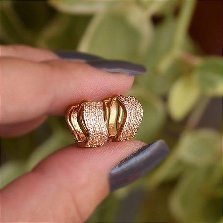 Brinco argolinha ondulada zircônia ouro semijoia 19k01036