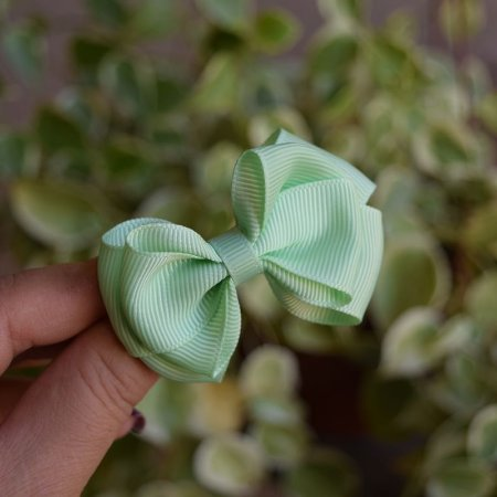 Presilha bico de pato infantil laço verde claro