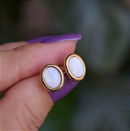 Brinco oval pedra natural madrepérola ouro semijoia