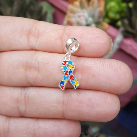 Berloque laço colorido símbolo mundial do Transtorno do Espectro Autista