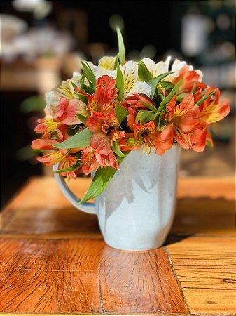 Xícara de porcelana com flores