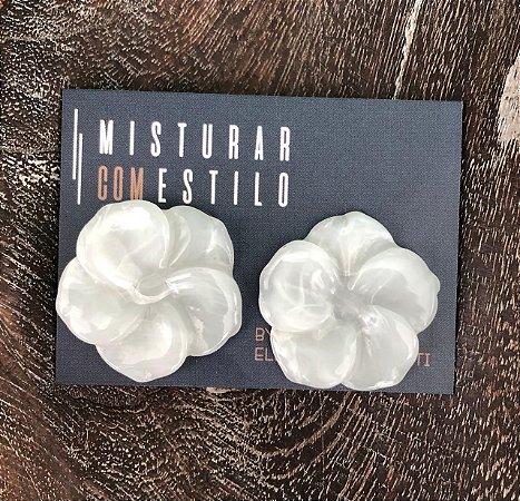 Brinco Flor de Resina Pequena - Branca Semitransparente