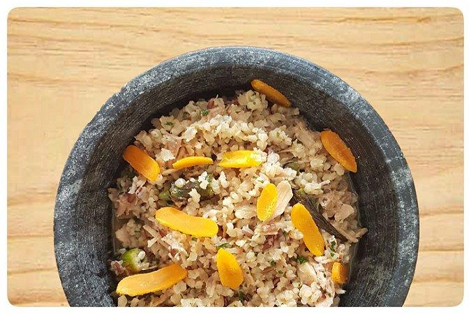 Mini arroz de galinha com quiabo e butarga de gema
