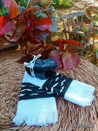 """Kit 2 toalhas de mão """"bigodes"""" + banheira com 2 sabonetes"""