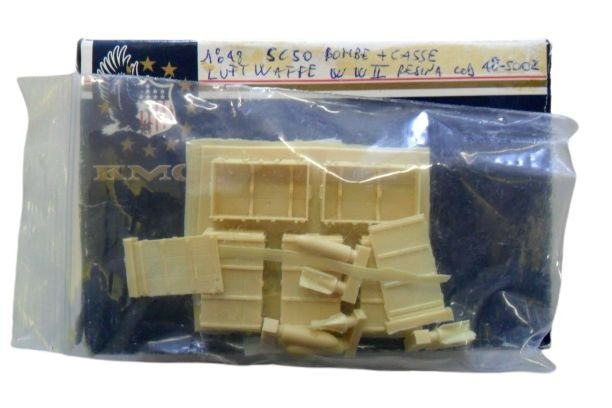 KMC - GERMAN LUFTWAFFE BOMB & CRATE WWII - 1/48