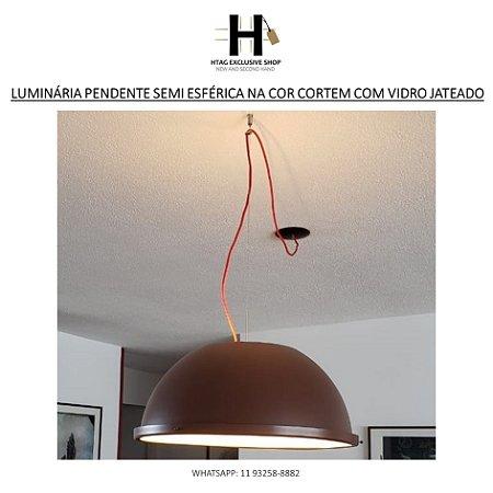 LUMINÁRIA PENDENTE SEMI ESFÉRICA NA COR CORTEM COM VIDRO JATEADO