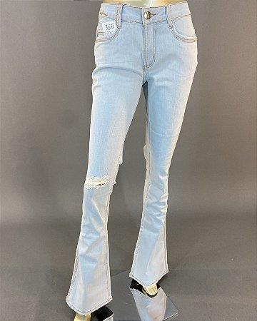 Calça Jeans Flare Rasgada no Joelho Lança Perfume