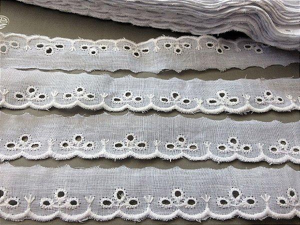 Tira Bordada 2,50cm - 100% algodão branco | Peça com 14,40 m