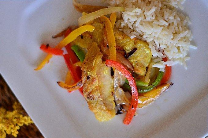 Filé de pescada amarela ao forno com legumes, cebolas e pimentões (500g)