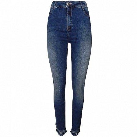 Calça jeans cigarrete com barra dupla desfiada alicia gatabakana