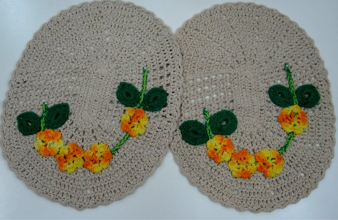 2 Tapetes de Crochê Oval Bordado 4 flores