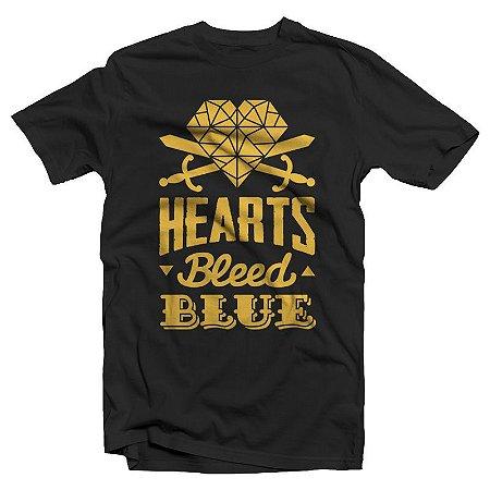 "Hearts Bleed Blue ""Brasão Amarelo "" Camiseta Preta"