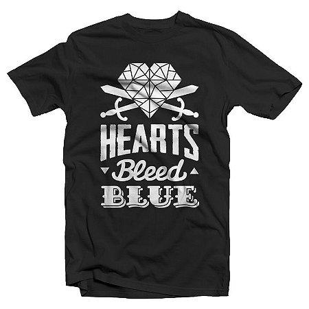"Hearts Bleed Blue ""Brasão Branco"" Camiseta Preta"