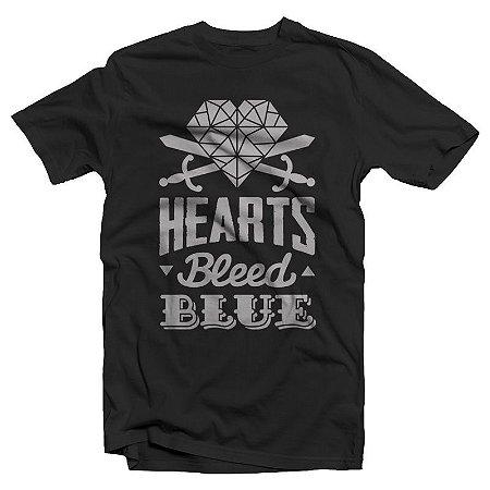 "Hearts Bleed Blue ""Brasão Prata"" Camiseta Preta"