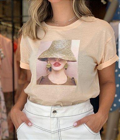 T-shirt  Mais Um manga curta silk chapeu de palha e brincos em metal.