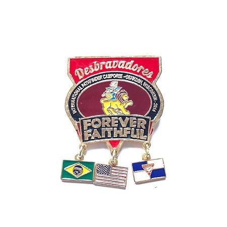 Pin Forever Faithful, Com 3 bandeirinhas e fundo nas cores das classes