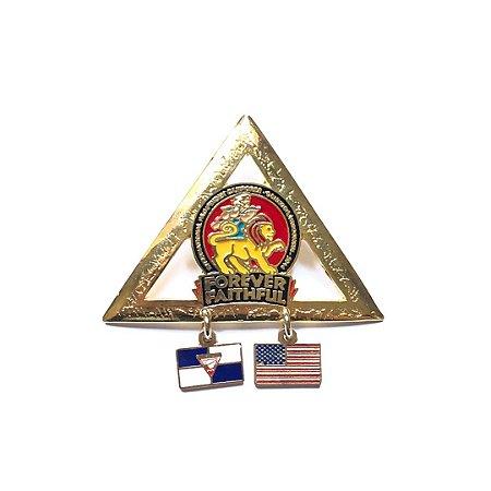 Pin Forever Faithful, triangulo com 2 pingentes e fundo vermelho