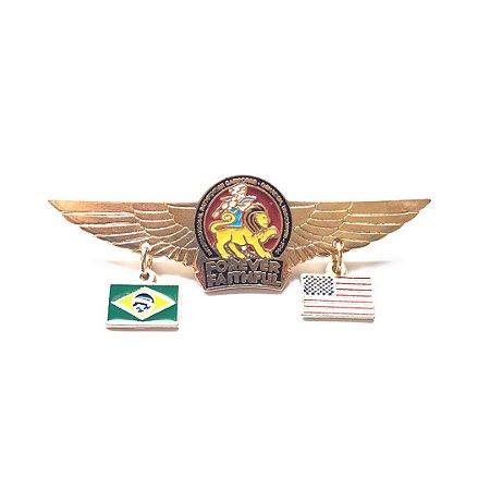 Pin Forever Faithful, logo com asas, bandeirinhas Brasil e EUA