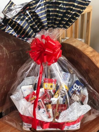 Cesta chocolates com caneca e almofada personalizada