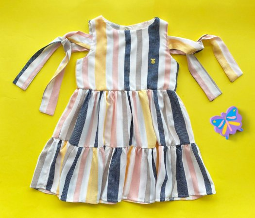 Vestido infantil cheio de estilo.