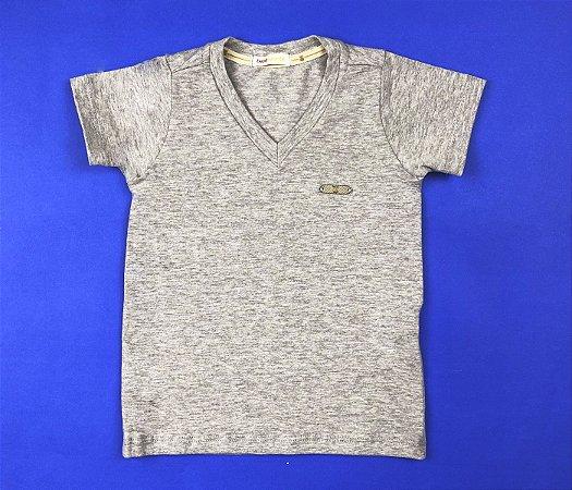 Camisa Gola V Com Detalhe no Peito Cor Cinza