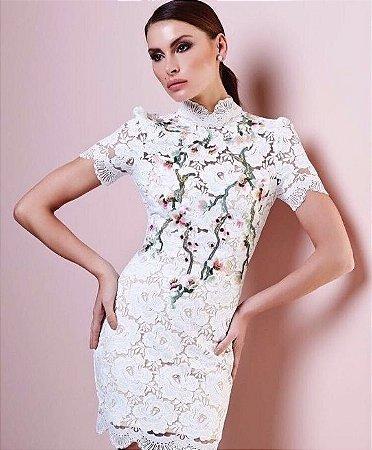 Vestido curto rendado Off White Floral com gola - Cloude